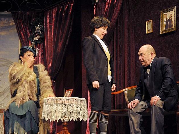 (b-j) Voith Ági, Bíró Krisztina és Bodrogi Gyula a Karinthy Színház Janika c. előadásában  Fotó: MTI