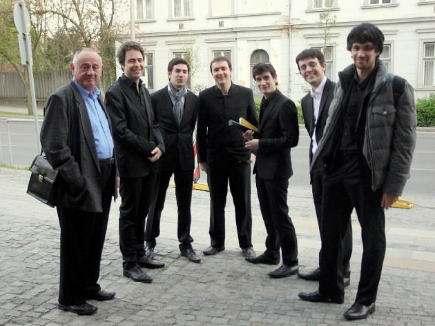 (b-j) Gál Tamás, Romain Dumas és a karmesterkurzus résztvevői / Tamás Gál (à gauche), Romain Dumas et « la Classe » (Fotó / Photographié par Barna Laczy)