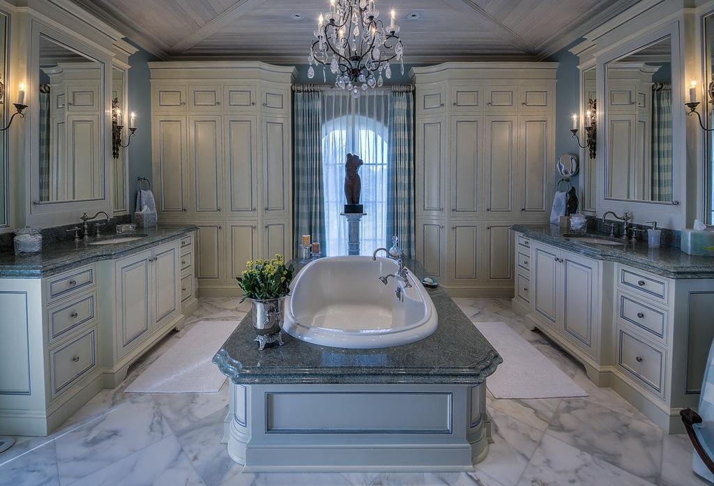 traditional-master-bathroom-with-roman-tub-stone-backsplash-and-crown-molding-i_g-ISp5p4pvdj3t0o1000000000-tSi4r