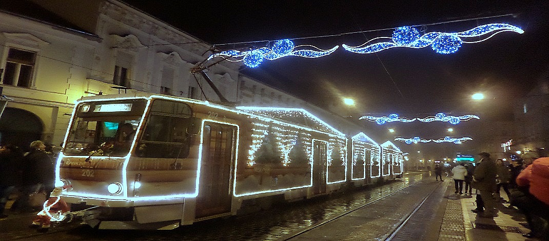 Érkezik az adventi villamos a Szent István téri megállóhoz /PTV Fotó: Vona Ildikó