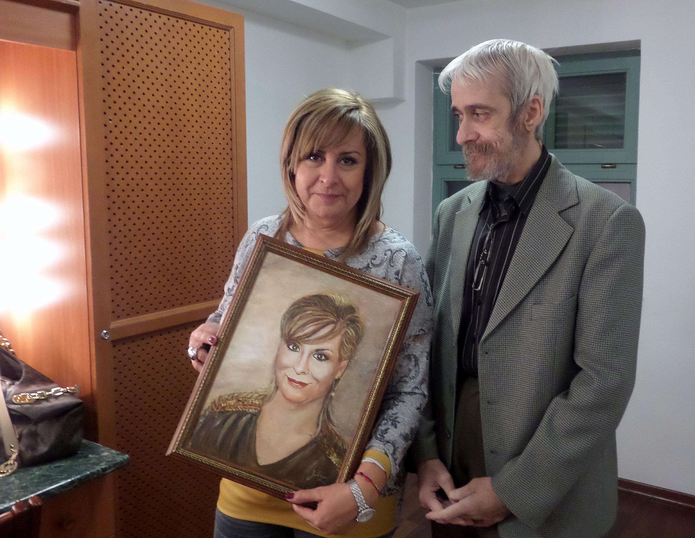 A portréval és készítőjével, Juhász Sándor miskolci festőművésszel / PTV Fotó: Vona Ildikó