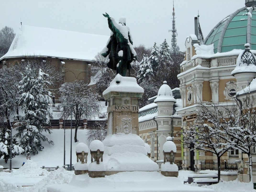 Miskolcot és Kossuth Lajos szobrát is betakarta a hó / PTV Fotó: Vona Ildikó