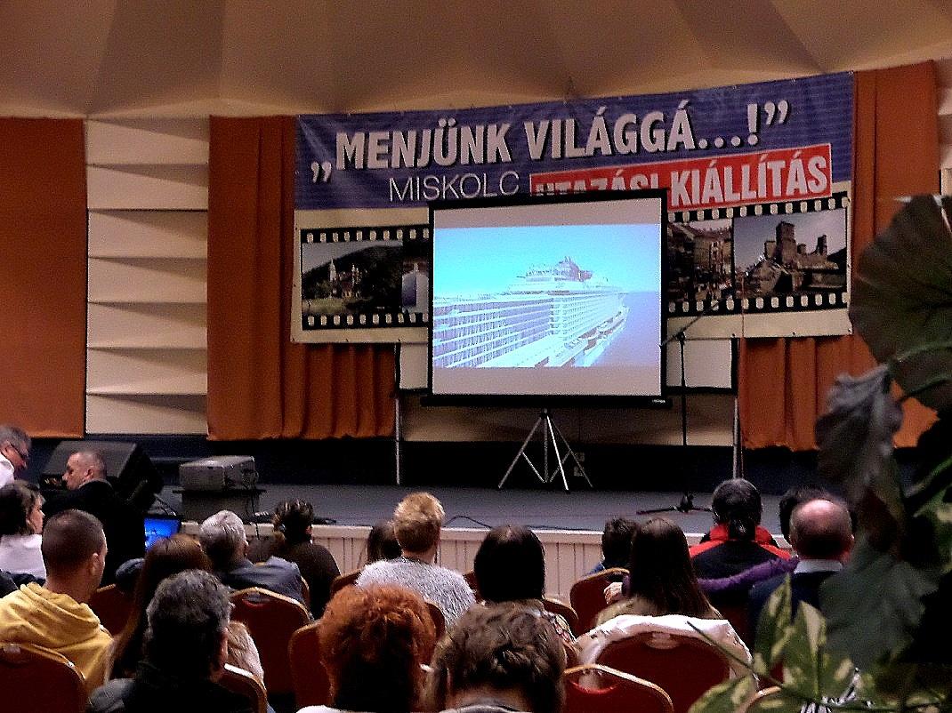 """Filmvetítés a """"Menjünk világgá...!"""" utazási kiállításon / PTV Fotó: Vona Ildikó"""