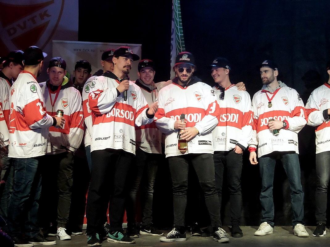 Magyar bajnoki cím ünneplése a kettes jégpályán