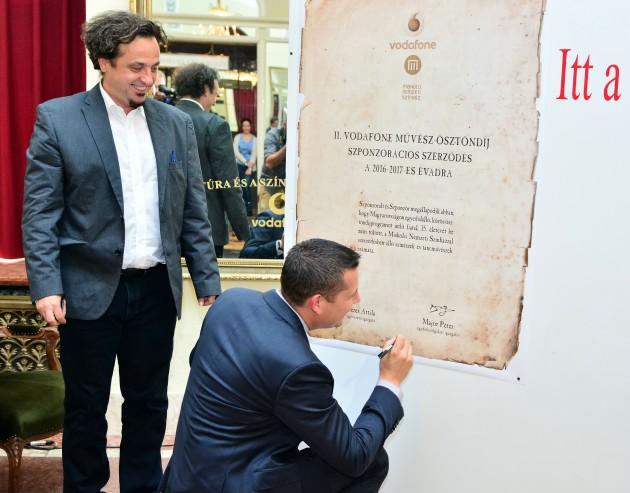 (b-j) Béres Attila és Major Péter aláírja a megállapodást Fotó: Gálos Mihály Samu