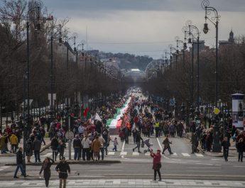1848 önkéntes vitte az 1848 méter hosszú magyar zászló
