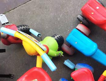 Rajzszögeket ragasztottak a kismotorokra egy budapesti bölcsődében