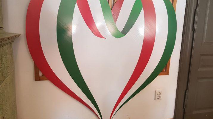 Szív alakú nemzeti színű lobogókkal ünnepel március 15-én Sepsiszentgyörgy