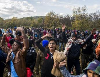 Vasrudakkal estek egymásnak a migránsok Bosznia-Hercegovinában