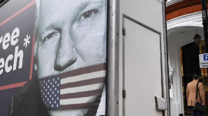 Letartóztatták Julian Assange-t, miután Ecuador megvonta tőle a menedékjogot