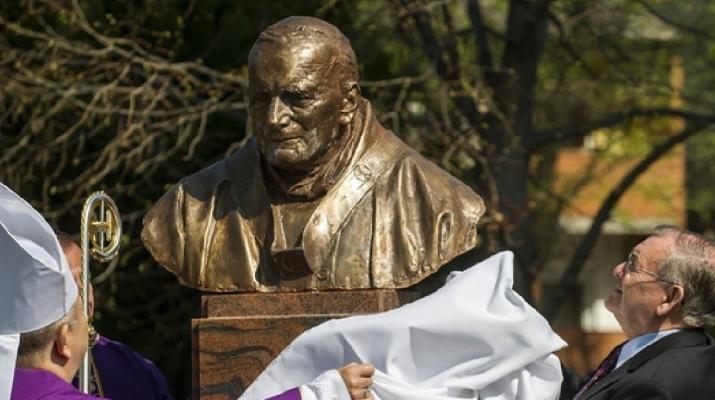 Szobrot kapott II. János Pál pápa