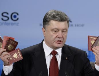 Porosenko kész a párbeszédre a kettős állampolgárságról, de figyelmeztet annak kockázataira