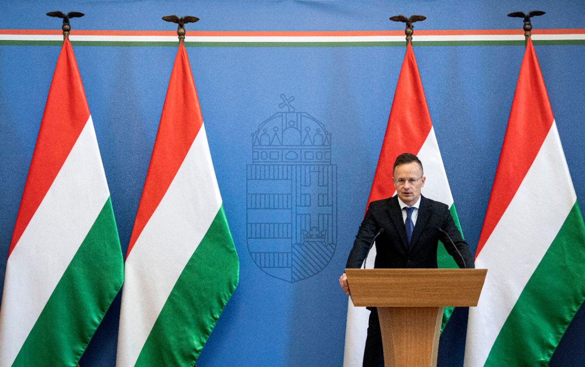 Budapest, 2020. május 5. Szijjártó Péter külgazdasági és külügyminiszter beszédet mond a török Yaris Kabin beruházását bejelentő sajtótájékoztatón a Külgazdasági és Külügyminisztériumban 2020. május 5-én. Szijjártó Péter kijelentette, hogy a munkahelyeket teremtő új befektetéseknek köszönhetően Magyarország megerősödve kerülhet ki a válságból. Közölte, hogy a 6,5 milliárd forint értékű beruházáshoz a kormány 521 millió forinttal járul hozzá. A befektetéssel 150 munkahely jön létre Fejér megyében, a Dunaújváros melletti Iváncsa ipari parkjában. A telephely a mezőgazdasági gépgyártás mellett kutatási és fejlesztési feladatokat is ellát majd. MTI/Szigetváry Zsolt Azonosító: DSZZS20200505012