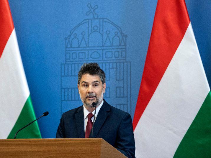 Budapest, 2020. május 5. Németh Ádám, a Yaris Kabin Hungary Kft. ügyvezető igazgatója beszédet mond a török Yaris Kabin beruházását bejelentő sajtótájékoztatón a Külgazdasági és Külügyminisztériumban 2020. május 5-én. Az eseményen Szijjártó Péter külgazdasági és külügyminiszter kijelentette, hogy a munkahelyeket teremtő új befektetéseknek köszönhetően Magyarország megerősödve kerülhet ki a válságból. Közölte, hogy a 6,5 milliárd forint értékű beruházáshoz a kormány 521 millió forinttal járul hozzá. A befektetéssel 150 munkahely jön létre Fejér megyében, a Dunaújváros melletti Iváncsa ipari parkjában. A telephely a mezőgazdasági gépgyártás mellett kutatási és fejlesztési feladatokat is ellát majd. MTI/Szigetváry Zsolt Azonosító: DSZZS20200505003