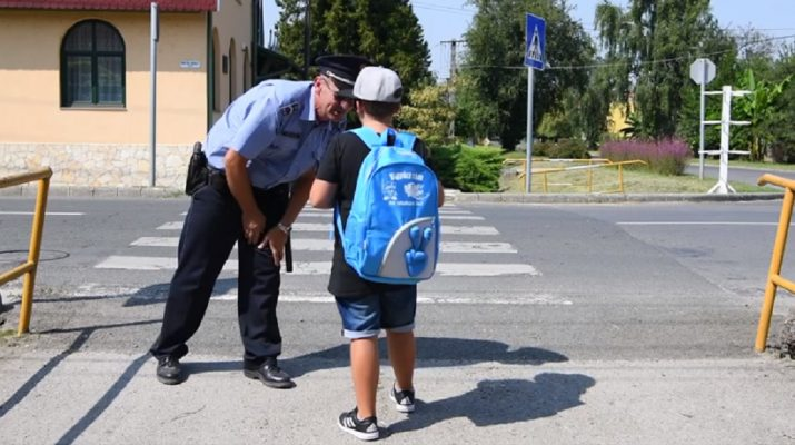 rendőrség,iskolák,rendőr,gyerek,óvodák,gyalogosátkelőhely,zebra