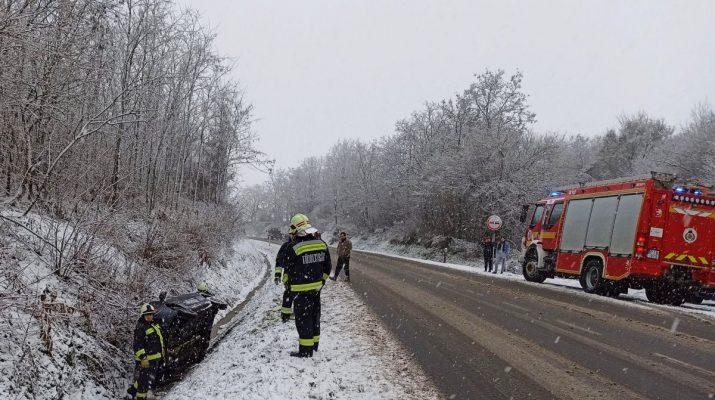 Tűzoltók egy közúti balesetnél 2021 januárjában